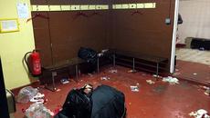 Sao Arsenal biến phòng thay đồ Sutton thành... bãi rác