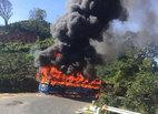 Xe khách cháy ngùn ngụt, hành khách tháo chạy thoát thân