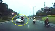 Clip: Nam thanh niên ngã nhào khỏi xe máy chở 3 ở Hà Nội
