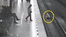 Liều mình cứu trẻ ngã xuống đường ray tàu điện ngầm