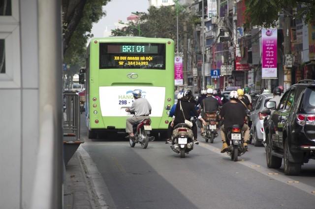 Tái diễn tạt đầu, lấn làn buýt nhanh mặc kệ phạt