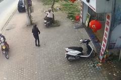 Mẹ quên tắt máy để con nhỏ vặn ga khiến xe lao thẳng vào gốc cây