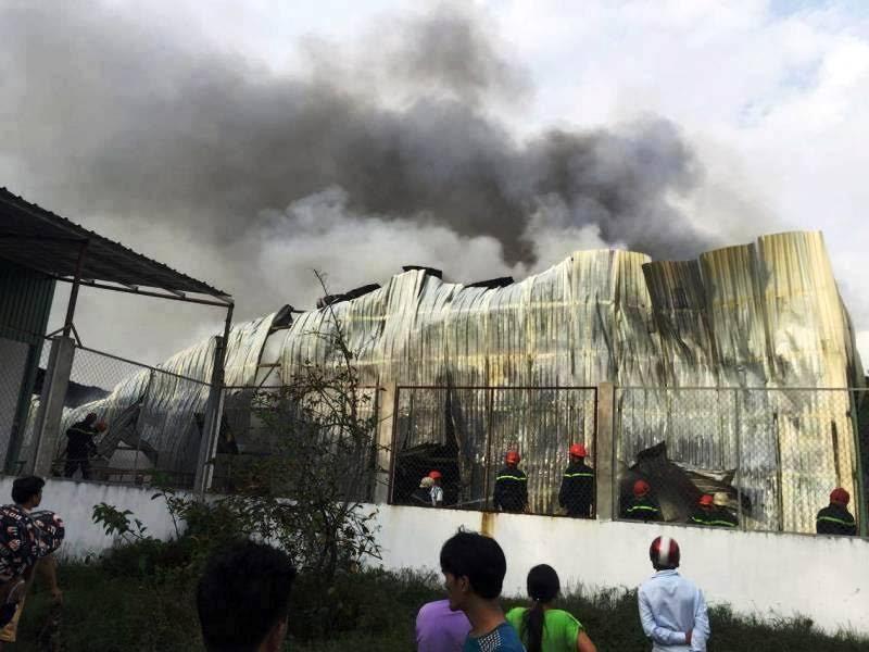 Cảnh sát kéo sập nhà, dập đám cháy kho hàng ở Sài Gòn