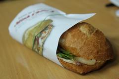Gói bánh mì bằng giấy báo coi chừng bị phạt