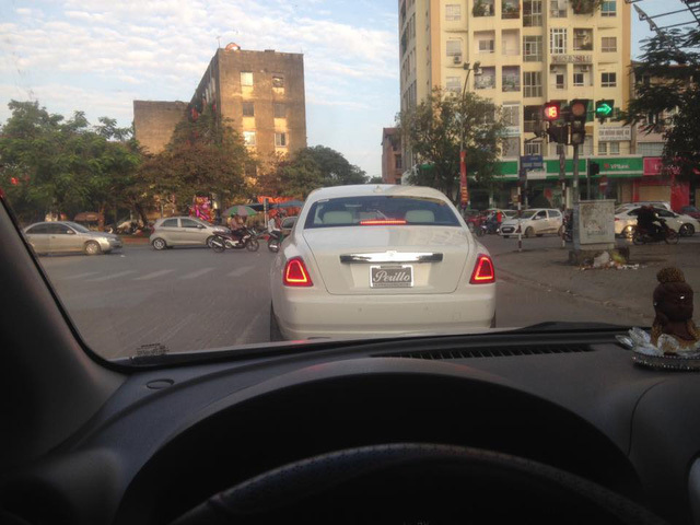 Cặp đôi Rolls-Royce Ghost của đại gia xứ Nghệ khoe dáng trên phố