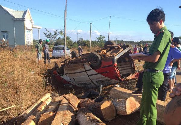 Xe khách chở gỗ tông xe máy, 2 người chết