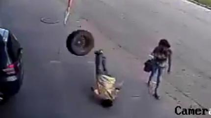 Bị lốp ô tô bay vào đầu nứt sọ khi đang đi bộ