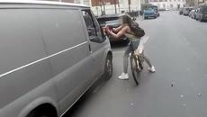 Bị lái xe trêu chọc, cô gái đi xe đạp bẻ gãy gương ô tô