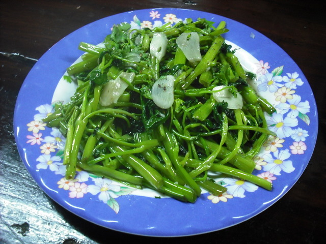Cách làm rau muống xào tỏi giòn ngon xanh mướt, nhìn đã thèm