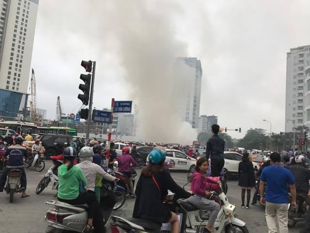 Hà Nội: Xế hộp cháy trơ khung giờ cao điểm