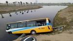 Va chạm xe tải, xe buýt nhanh lao xuống hồ nước
