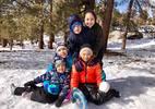 Mẹ con Jennifer Phạm vui đùa thả ga trên núi tuyết lạnh cóng