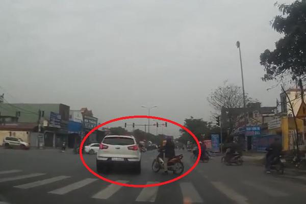 Xe máy chặn đường ô tô vượt đèn đỏ và cái kết