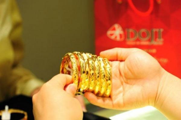 Giá vàng hôm nay 24/2: Tiền đổ dồn dập, vàng tăng vọt