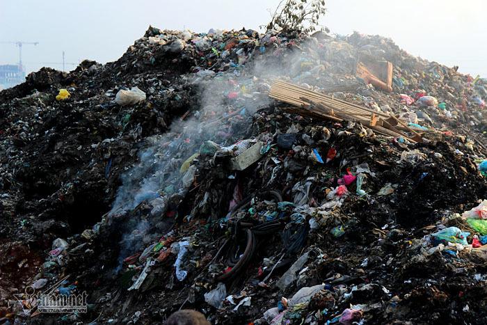 Bãi rác khổng lồ chình ình từ lâu ở Bắc Ninh