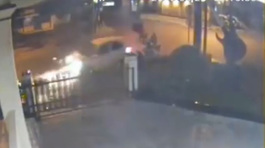 Phóng bạt mạng qua ngã tư, bị ô tô đâm bay thẳng vào nhà