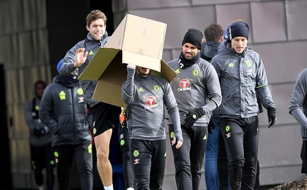Diego Costa rủ đồng đội nhét Hazard vào hộp mang ra sân tập