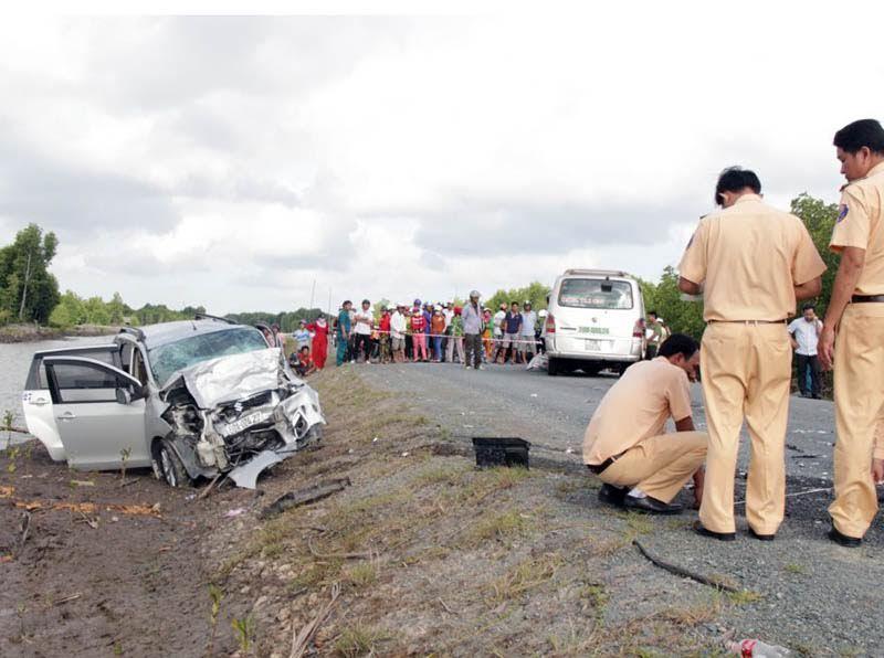 Hai ô tô đối đầu trên đường HCM, 12 người thương vong