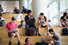 Cho con học đại học Mỹ: Oằn lưng gánh nợ