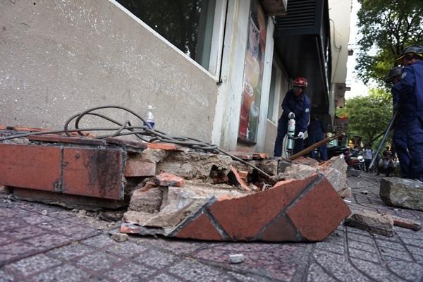 Quận 1: Tháo trụ sở khu phố, đập tường choán vỉa hè
