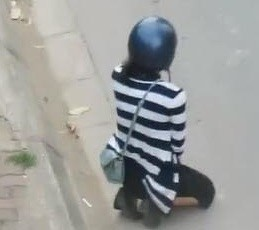cô gái quỳ gối
