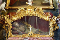 Đức: Hài cốt được khảm ngọc và vàng
