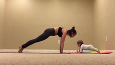 Clip bé 6 tháng tuổi tập Yoga cùng mẹ cực yêu gây sốt