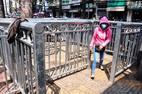 Hàng rào chắn vỉa hè như lồng nhốt thú ở Sài Gòn
