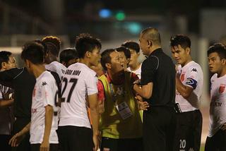 V-League đầy trò hề vẫn được báo Tây khen hết lời