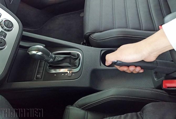 Đỗ xe ô tô, vì sao nên kéo phanh tay trước khi về số P?