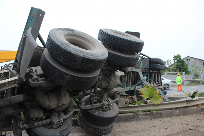 Xe container vỡ vụn trên cao tốc Hà Nội - Thái Nguyên