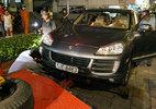Ô tô Porsche, linh vật khổng lồ chiếm vỉa hè bị cẩu về đồn
