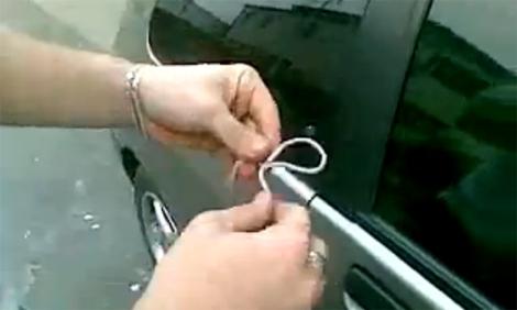 Mẹo mở cửa ô tô khi quên chìa khóa trong xe