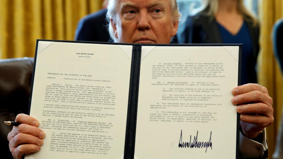 Bí ẩn chữ ký nhằng nhịt của Donald Trump