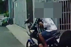Camera ghi cảnh cướp giật, người phụ nữ té nhào trên đường