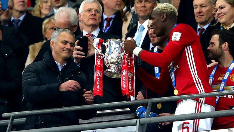 Mourinho sánh ngang Sir Alex: Ngạo mạn với những Cúp nhỏ