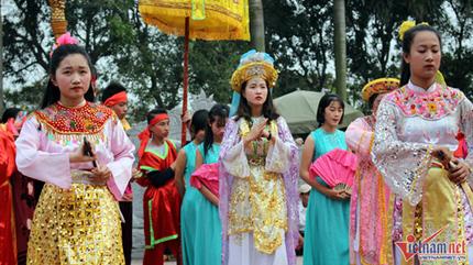 Cả làng tổ chức kén rể cho nữ tướng