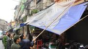 Dân phố cổ Hà Nội tự dỡ mái vươn ra vỉa hè