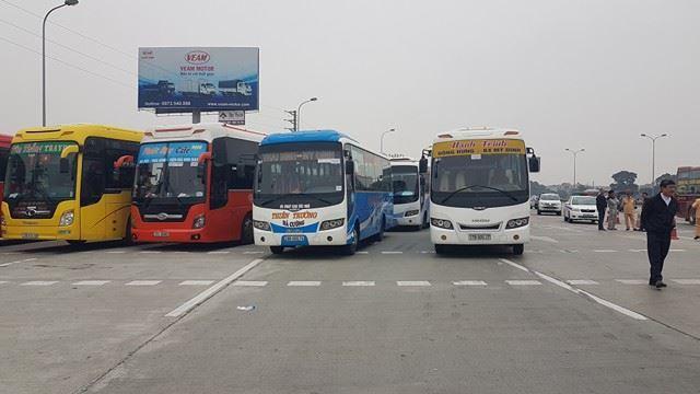 Hơn 50 xe khách tập trung ở trạm thu phí phản đối lệnh chuyển bến