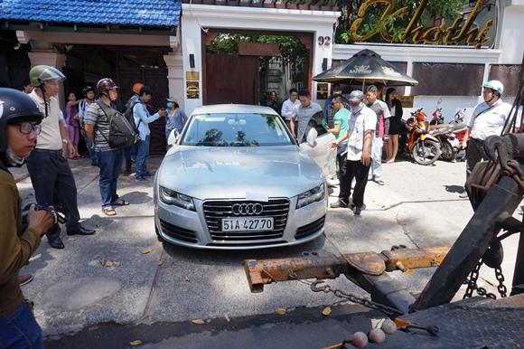 Quận 1 'xử' loạt xe sang Audi, BMW đậu chiếm vỉa hè