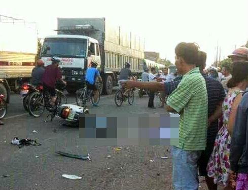 Tông xe liên hoàn trước cổng trường, thai phụ và con gái tử vong