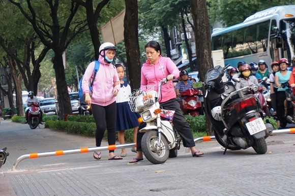 TP.HCM: Điều chỉnh barie, xe máy lại phóng vun vút trên vỉa hè