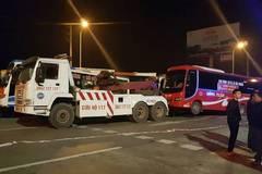 Hà Nội: Xe khách phản đối chuyển bến bị cẩu đi trong đêm