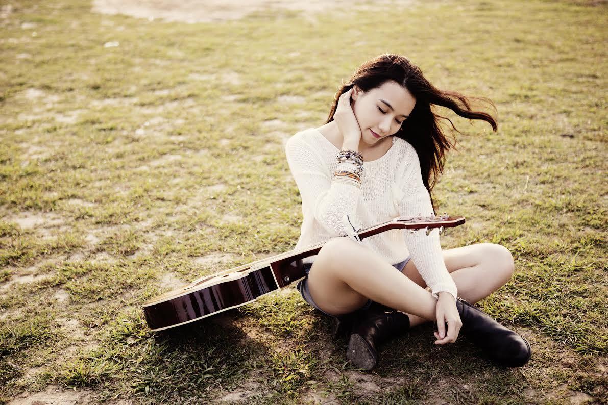 Diễn viên, họa sĩ Lương Giang trẻ trung với đàn ghita