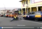 'Thánh' xe máy đi bằng chân, quay tròn xe đánh võng trên đường