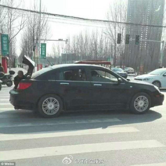 Để mẹ già ngồi sau cốp vì xe chật chỗ