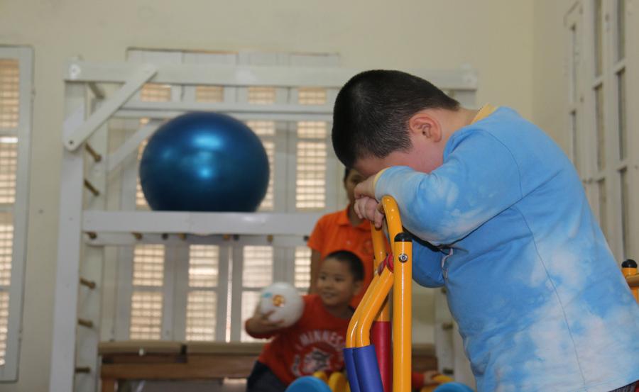 Nước mắt cô giáo mầm non khi chứng kiến bố dùng dép đánh mặt con