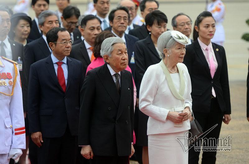 Nhà vua và Hoàng hậu Nhật viếng Chủ tịch Hồ Chí Minh