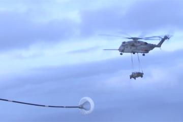 'Siêu trực thăng' vừa 'đeo' xe bọc thép vừa tiếp liệu