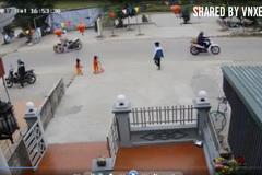 Bé gái qua đường 1 mình bị ô tô đâm văng xa chục mét